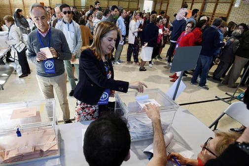 La presidenta del Congreso, Ana Pastor, vota en Pontevedra.