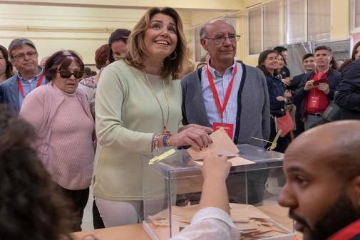 Susana Díaz deposita su voto este domingo en su colegio electoral, en Triana.