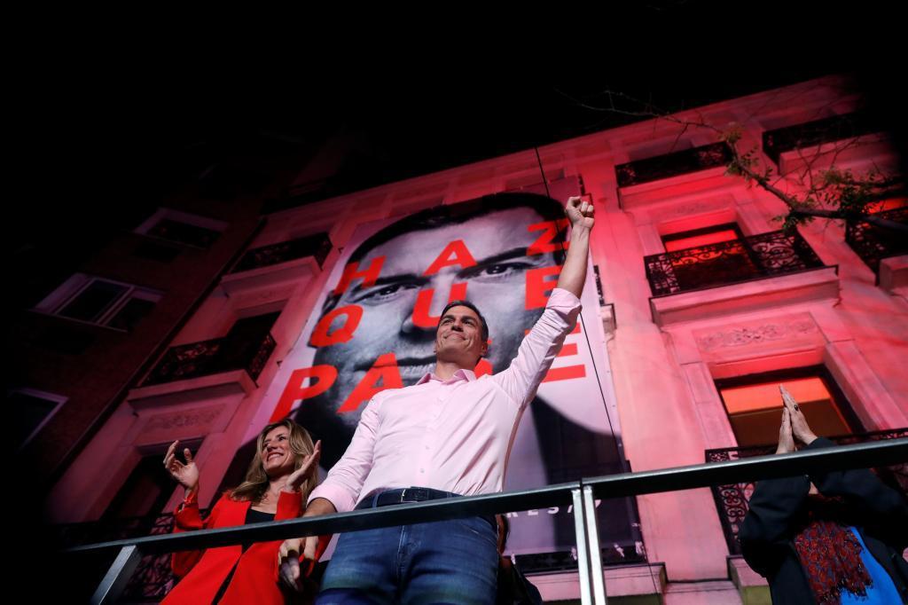 El PSOE gana las elecciones generales 11 años después. Con 123 escaños, será la primera fuerza en el Parlamento. Sánchez está obligado a pactar con otras formaciones.