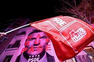 La fachada de la sede del PSOE en la noche electoral.