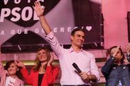 El secretario general del PSOE, Pedro Sánchez, celebra los resultados electorales con los simpatizantes concentrados en la sede del partido.