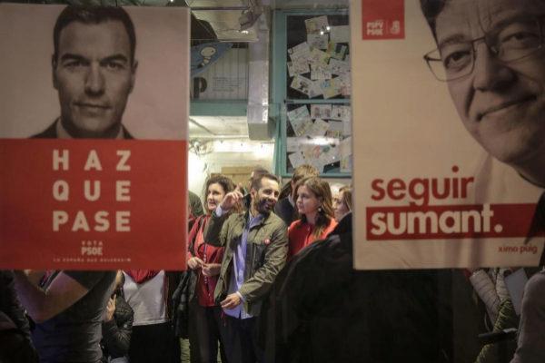 Los socialistas valencianos siguen el recuento desde el centro de seguimiento.