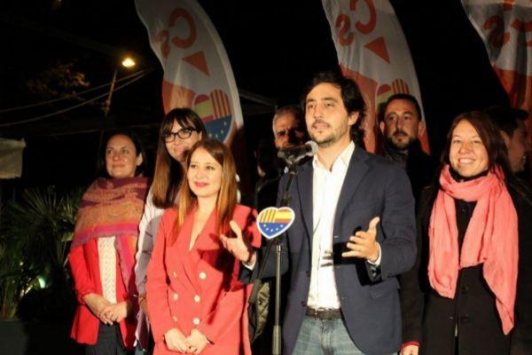 Toni Roldán junto a otros cargos del partido