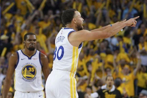 Curry celebra un triple.