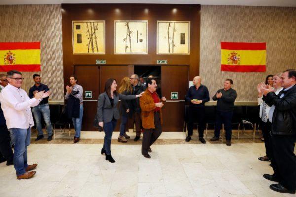 Manuel Mestre Barea, número uno de Vox por Alicante al Congreso, junto a Ana Vega, cabeza de lista por Alicante a las Cortes Valencianas, a su entrada ayer al hotel Meliá, donde la formación siguió los resultados electorales.