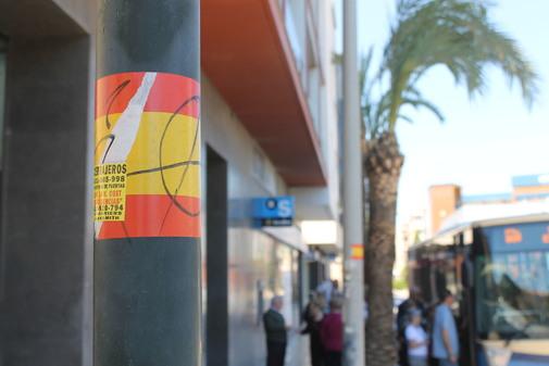 Bandera de España en una farola en Benicarló.