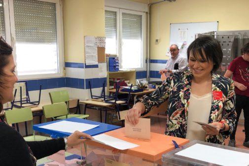 Merche Galí, alcaldesa de Almassora (PSOE) votando
