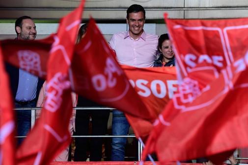 Pedro Sánchez, en el balcón de la calle Ferraz