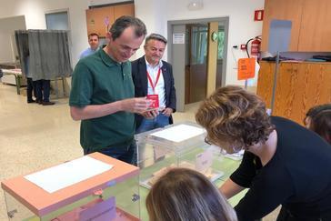 El ministro Pedro Duque junto a José Chulvi, el número 2 a las Cortes por el PSOE, votando este domingo.