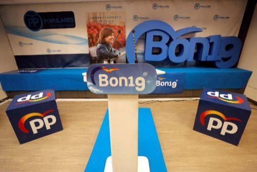 Un cartel de la candidatura de Isabel Bonig en la sede del PP.