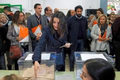 Inés Arrimadas en la mesa electoral donde votó.