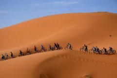 Purito, enganchado a la mítica carrera en el desierto, pierde una hora