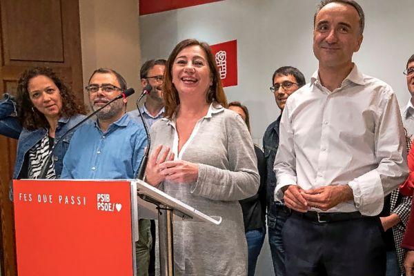 La presidenta del Govern, Francina Armengol, anoche tras conocer los resultados de las elecciones junto con Pere Joan Pons y otros compañeros.