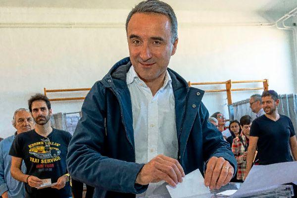 El 'número 1' del PSIB al Congreso, Pere Joan Pons, ayer, en el momento de depositar su voto.