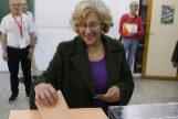 La alcaldesa de Madrid, Manuela Carmena, deposita su voto en la urna.