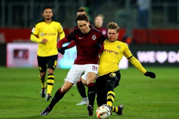 Sural, del Alanyaspor, ante el Dortmund.