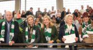 Don Juan Carlos, la Reina Sofía, la Infanta Cristina y Claire Liebaert, madre de Urdangarin, y la Infanta Elena, en las gradas del pabellón donde Pablo Nicolás jugaba al balonmano.