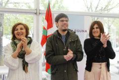 Pilar Garrido, a la izquierda, junto a Lander Martínez, en un mitin.
