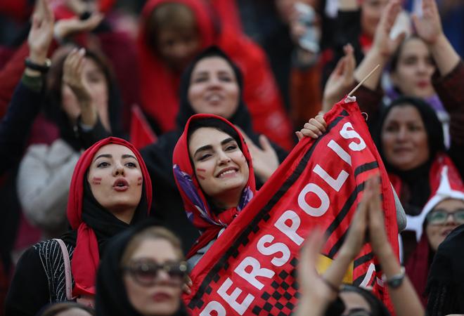 Seguidoras del Persépolis en el  primer partido  de fútbol en 37 años al que pudieron asistir mujeres,  en 2018./ Foto: GETTYIMAGES