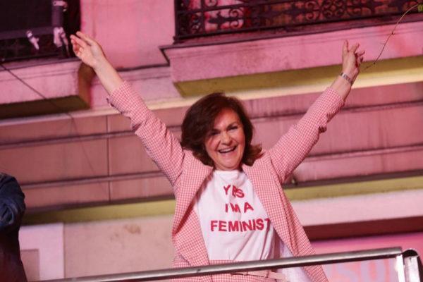 Carmen Calvo saluda a simpatizantes socialistas congregados en Ferraz.