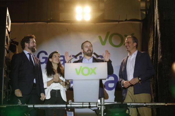 Santiago Abascal, valorando ayer los resultados junto a Iván Espinosa de los Monteros, Rocío Monasterio y Javier Ortega Smith.