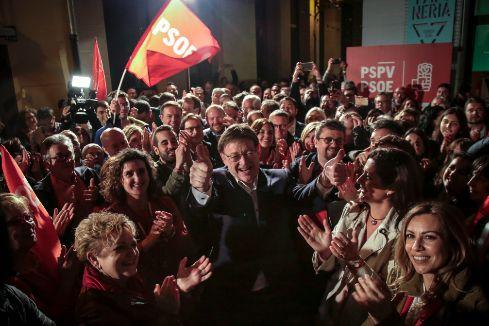 El líder del PSPV, Ximo Puig, celebra el triunfo con los suyos en el Mercado de Tapineria.