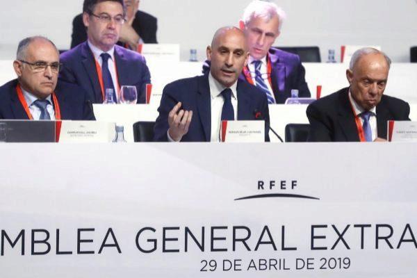 GRAF466. MADRID).- El presidente de la Real Federación Española de Fútbol (<HIT>RFEF</HIT>), Luis Rubiales (c), durante la Asamblea General en sesión extraordinaria de la <HIT>RFEF</HIT> que se celebra este lunes en Madrid.