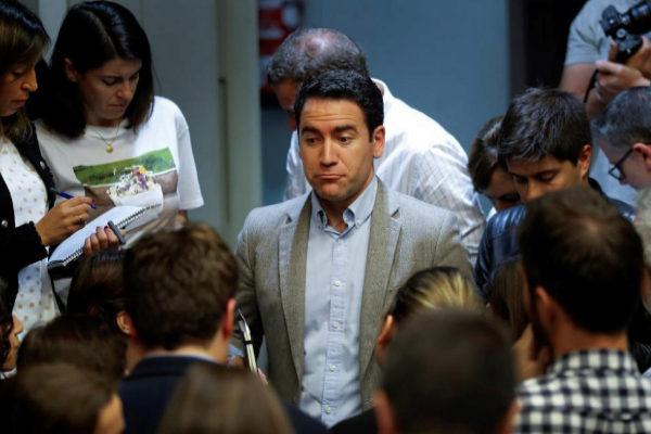 Teodoro García Egea, rodeado de periodistas, tras la rueda de prensa en la sede del PP.