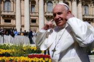 El Papa Francisco se tapa los oídos durante su audiencia en la Plaza de San Pedro, el pasado 24 de abril.