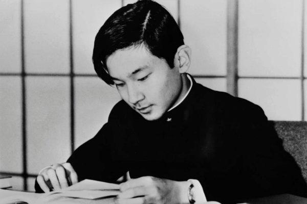 Un joven Naruhito estudia en Tokio, en 1975, antes de mudarse a Inglaterra.