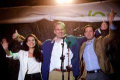 El secretario general de Vox, Javier Ortega Smith, ante los simpatizantes en la plaza de Margaret Thacher en la noche electoral.