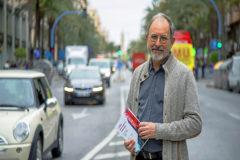 En la principal avenida de Alicante, Juanjo Vicedo posa con el libro que presentará el 17 de mayo. Una semana después lo hará en Madrid.
