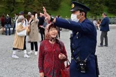 Una mujer habla con un policía frente al Palacio Imperial de en Tokio.