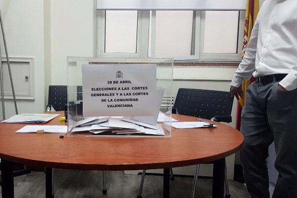 n grupo de españoles acude al consulado de España en Pekín para emitir su voto. Los ciudadanos españoles con residencia legal en China comenzaron hoy a emitir su voto para las próximas elecciones generales y autonómicas para la Comunidad Valenciana, que se celebrarán el próximo 28 de abril.