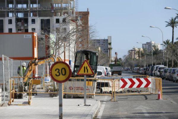 Un operario de la construcción trabaja en una promoción de viviendas en Alicante .