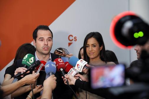 Aguado y Villacís comparecen ante los medios.