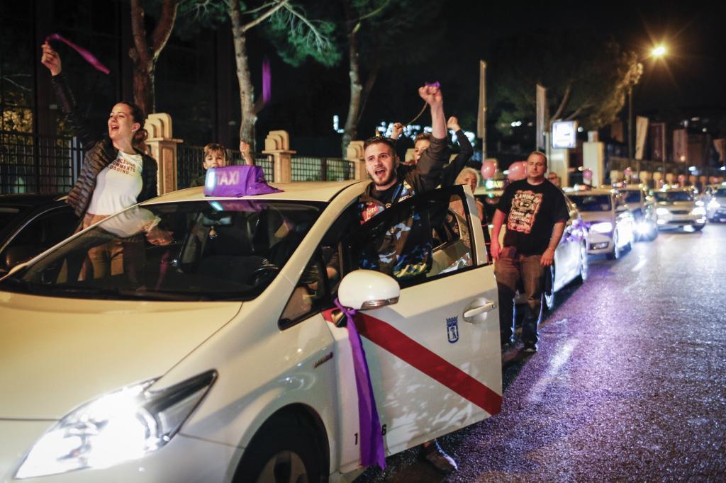 Taxistas que apoyan a Podemos, durante la noche electoral.