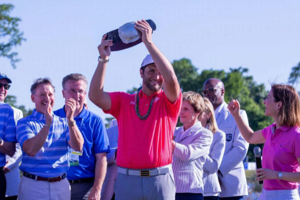 Jon Rahm con el trofeo del Zurich Classic.