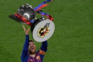 El capitán del Barça, Leo Messi, celebrando la victória en el Camp Nou después de recoger la copa de la Liga.