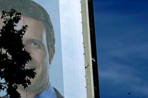 Un cartel de Pablo Casado, en la sede de la calle Génova