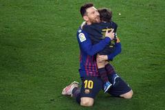 Messi abraza a uno de sus hijos durante la celebración liguera.