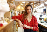 Susana Cruz, con algunas de sus creaciones, en el taller de Madrid.