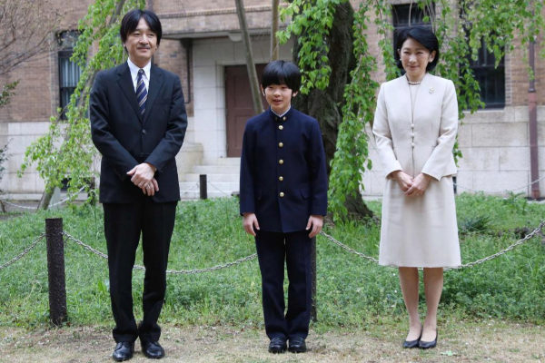 El príncipe Hisahito, en el centro, junto a sus padres, a principios de abril.