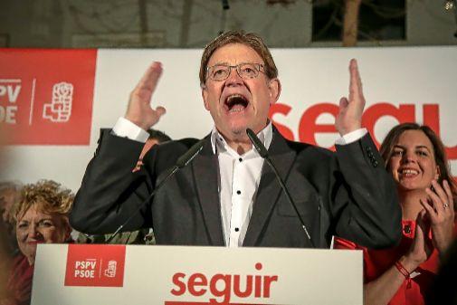 El líder delPSPV, Ximo Puig, durante la celebración de su victoria electoral, la madrugada del lunes.
