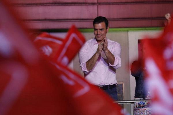 El presidente del Gobierno, Pedro Sánchez, celebra la victoria del PSOE en Madrid.