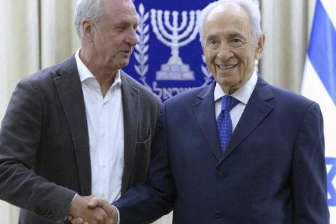 Cruyff y Shimon Peres, en 2013, en Tel Aviv.