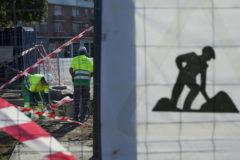 Unos trabajadores de la construcción, en una obra en Sevilla.