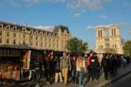 Turistas y parisinos caminan por el Río Sena en París.