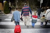 Un padre de Alicante lleva a sus hijos al colegio.