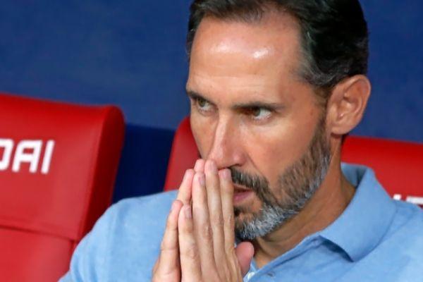 Vicente Moreno, en actitud pensativa en el banquillo.